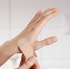 Applying plaster to a wound or scrape - Elastoplast